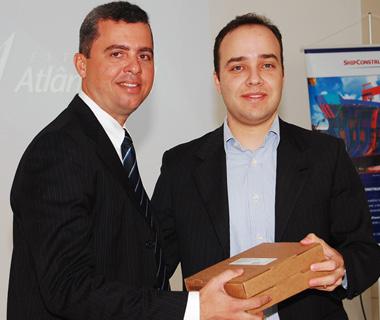 Gerente de marketing da Autodesk Brasil, Márcio Pinto, (esq.) entrega softwares ao profº Enio Camilo de Lima, diretor de Instituto de Educação de Pernambuco
