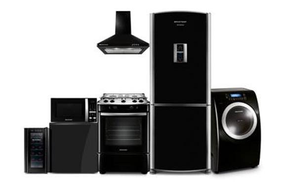 Da esq. p/dir.: Adega, microondas, fogão e coifa acima, refrigerador e máq. de lavar roupas