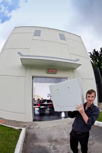 Peter Fassbender, abre a porta da Casa Mio, onde é desnhado o FCC III