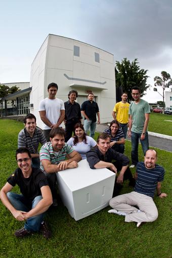 Equipe de designers que trabalha na Casa Mio desenhando o FCC III
