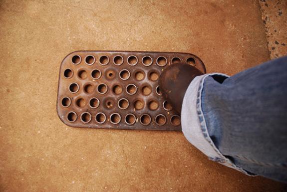 Tapete de sucata para limpar lama dos pés no jardim, criado na África
