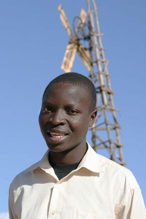 William Kamkwamba, com seu moinho de sucata que beneficiou sua comunidade