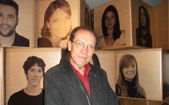 Prof. Eddy à frente do painel dos participantes da mostra Jovens Designers