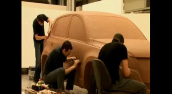 Designers finalizam modelo em clay do Tiguan, construído no vídeo acima