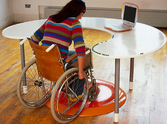 Workstation projetada para o usuários de cadeira de rodas (foto site Helen Hamlyn)