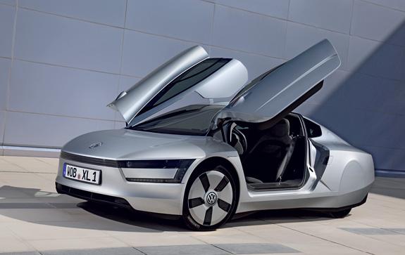 As portas com abertura vertical, tipo asas, facilitam a entrada e a saída do veículo
