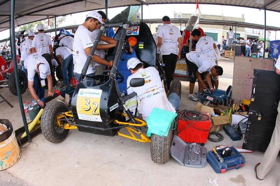 Foto da competição de 2010 mostra a adrenalina dos boxes durante as competições Baja SAE