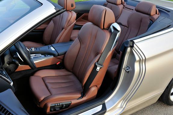 Os acentos do conversível foram criados individualmente para o motorista e passageiros