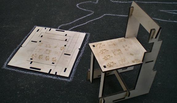 O esquema para montagem da Emergency Chair vem gravado a laser no assento da cadeira
