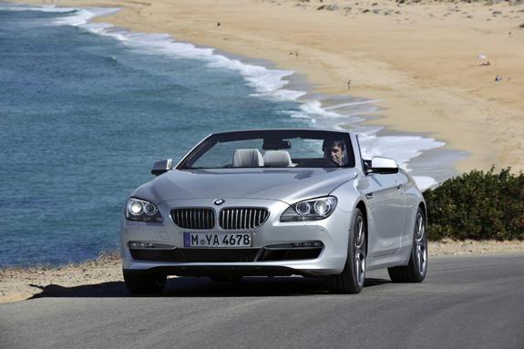 A grade BMW ligeiramente inclinada para frente faz com que o carro pareça estar avançando