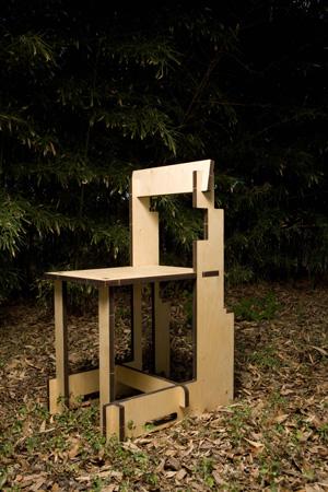 A Emergency Chair tem suas peças em madeira compensada cortadas em máquinas a laser