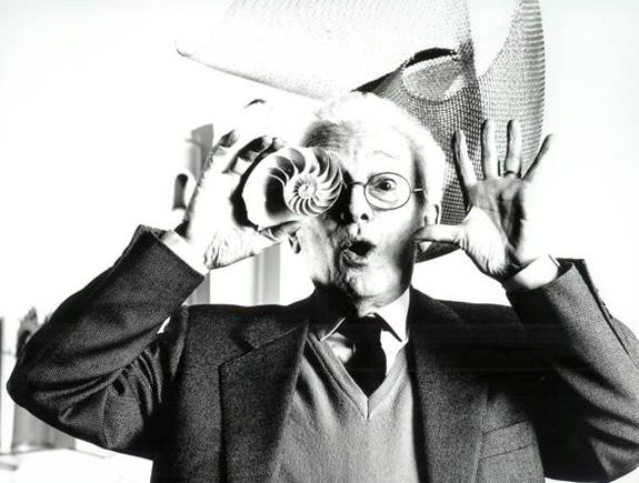 Bruno Munari mostrando que os designers são mesmo todos loucos