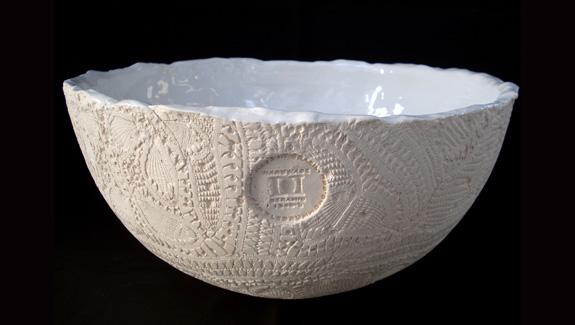 Daniele Drummond apresenta cuba de apoio em cerâmica de alta temperatura feita