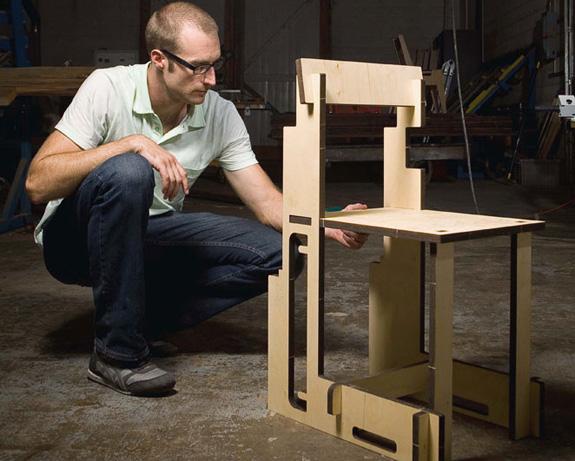 O estudante de design da  Texas A & M, David Sellers, criou a Emergency Chair, exemplo de socialização do design com um produto fácil de fabricar e montar