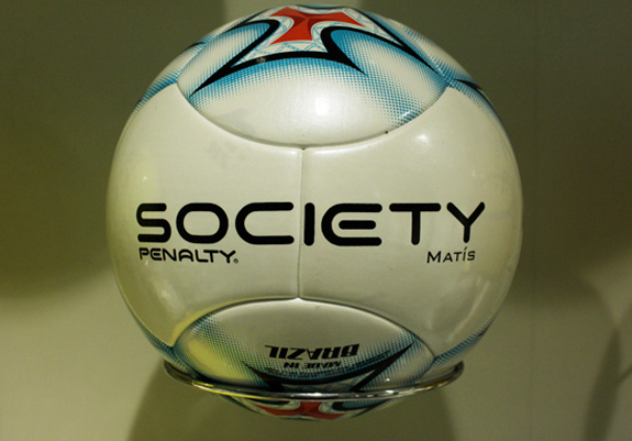 Bola redesenhada pela Penalty de acordo com o novo posicionamento da marca