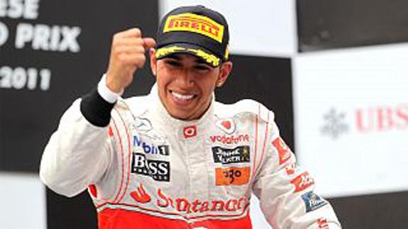 Lewis Hamilton, piloto da McLaren, comemora vitória na competição da China
