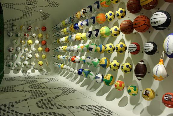 Showroom da Penalty, em São Paulo, foi todo redezenhado pela Oz Design