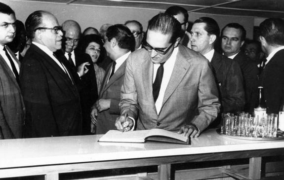 Assinatura da Ata de Fundação da Esdi pelo Governador Carlos Lacerda, em 5/12/1962