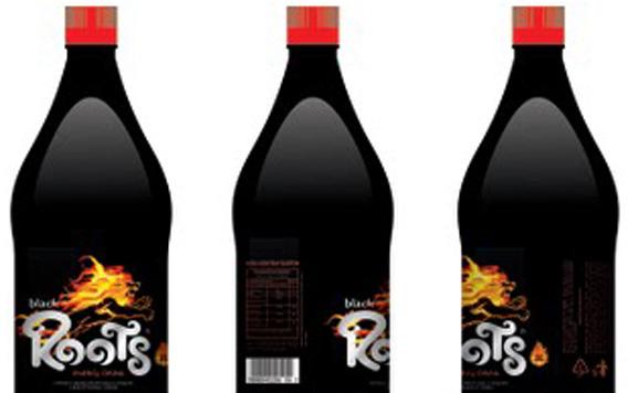 A cor preta no fundo do rótulo e na própria garrafa criam um contraste que destaca ainda mais a ma