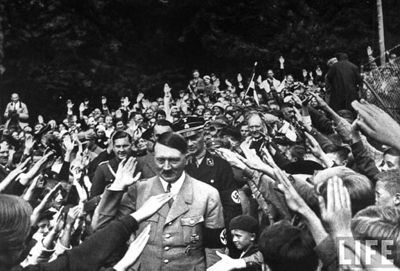 A política de Hitler mostra como grupos giram em torno de uma ideia centrada na identidade coletiva