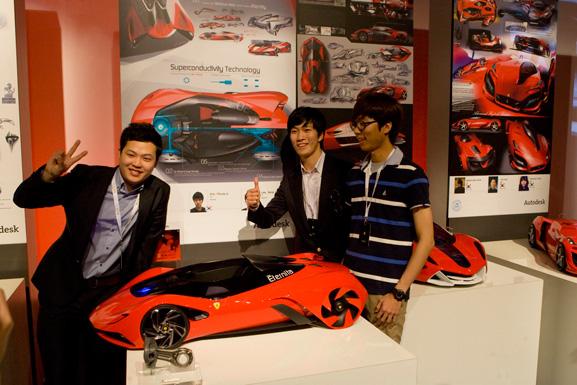 Estudantes de Seul comemoram a conquista do prêmio com sua Ferrari Eternitá
