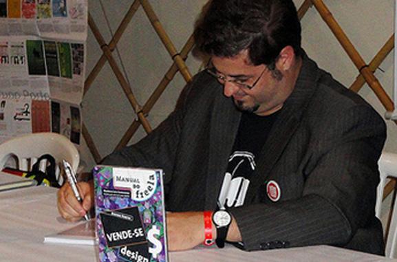 Bruno Porto autografa seu livro em lançamento no Rio de Janeiro
