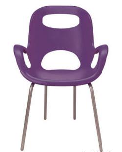 Cadeira Oh, desenhada por Karim Rashid, para a empresa canadense, Umbra