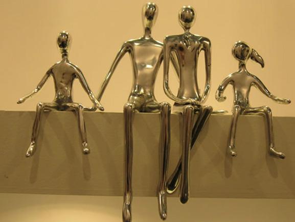 Kika Antonia, desdesenhou escultura em alumínio com aplicação dourada