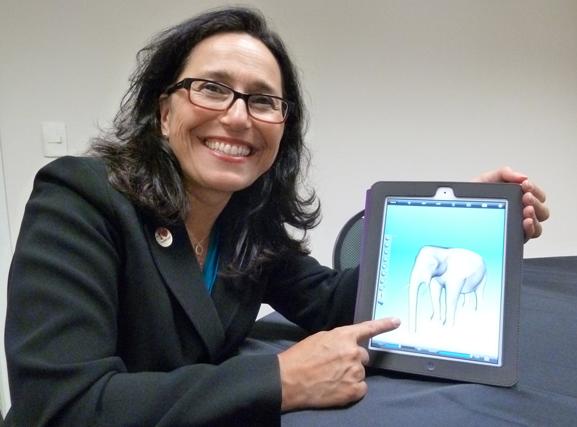 Karen Brewer mostra no iPad facilidades de uso do Autodesk 123D software de desenho para usuários leigos