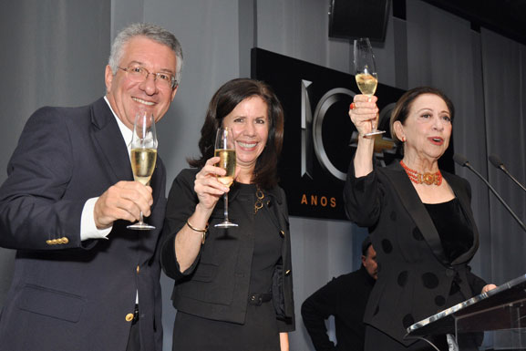 Da esq. p/dir.: Marcos Munhoz (VP) e Grace Lieblein (presidente) da GM do Brasil, e Fernanda Montenegro