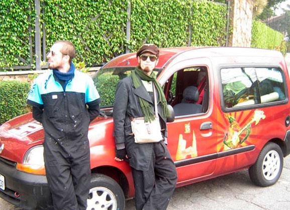 Yuri (esq.) e Bruno (dir.) viajaram a Buenos Aires em fugão estilizado pelos próprios artistas