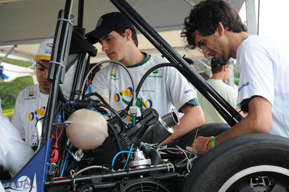Equipe Fórmula do Centro Universitário FEI trabalha nos últimos acertos do carro