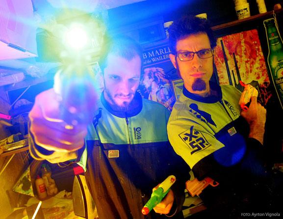 Yuri (esq.) e Bruno (dir.) do Sopa Grafix, combinam artes gráficas e música para expressar hábitos urbanos