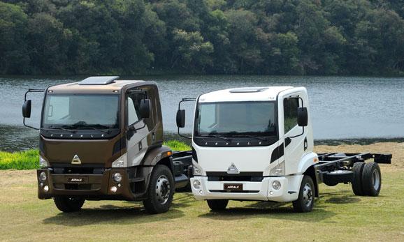 Da esq. p/dir.: Caminhões Agrale 14000 e 8700 que devido ao seu design otimizaram a produção