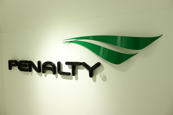 Nova marca da Penalty foi desenhada pela Oz design, que desenhou vários outros itens e estratégia  branding