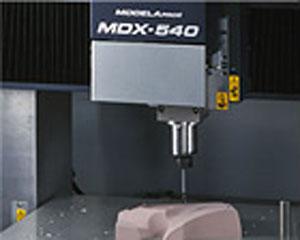 Modeladora 3D MDX 540A, da Roland DG, usa tecnologia SRP (Prototipagem Rápida por Subtração)