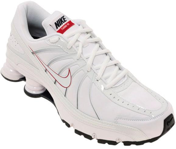 Tênis da Nike, que optou pela fabricação terceirizada de seus produtos em vários países