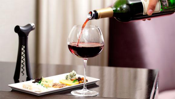 Verseur, comercializado pela Quirky traz ferramentas para abrir, servir e conservar vinhos