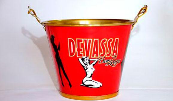 Balde de gelo Devassa é uma das novidades apresentadas na Gift Fair pela Alumiart