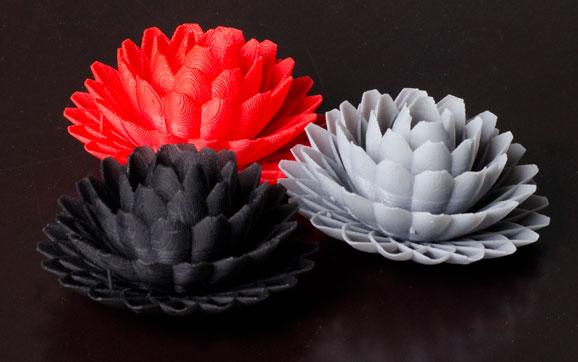Protótipos coloridos produzidos em plástico na impressora 3D Projet 1500 podem conter até detalhes mínimos