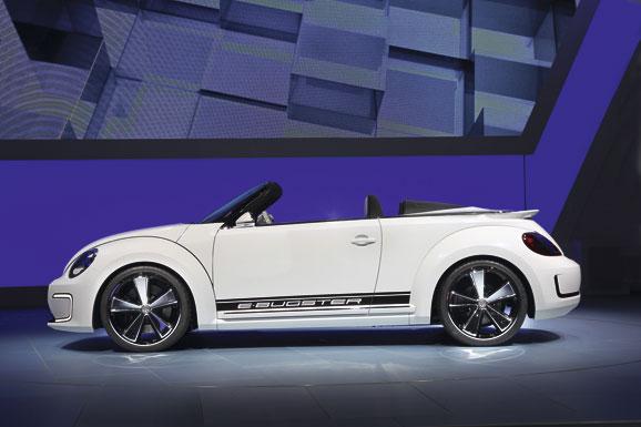 O E-Bugster tem janelas recuadas e teto baixo. Sob as caixas de rodas, tipicamente salientes, ficam os grandes aros derivados das rodas