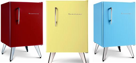 Visual do minirefrigerador retrô contrasta com a tecnologia de ponta no compartimento interno