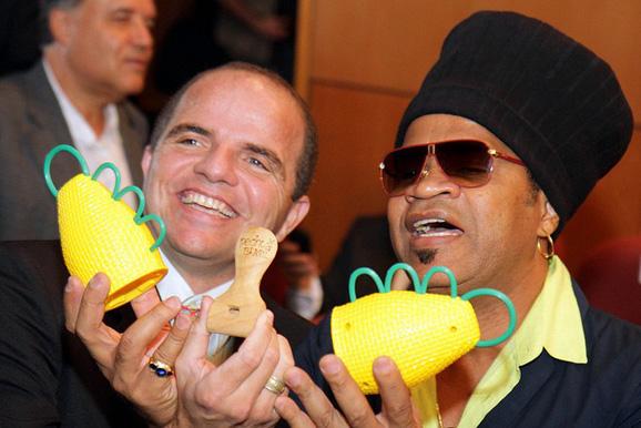 Carlinhos Brown apresenta a caxirola e Alcedo Medeiros de Araújo o apito pedhuá