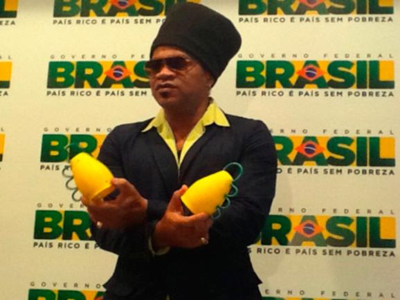 Carlinhos Brown apresenta caxirola espécie de chocalho que dará voz aos torcedores na Copa 2014