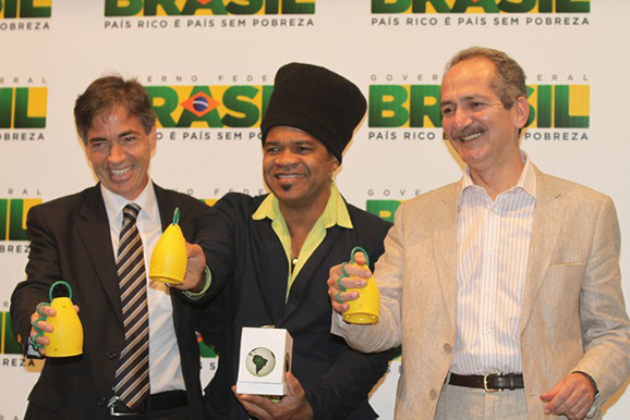 Da esq. p/ dir.: Luis Fernandes, Carlinhos Brown e Aldo Rebelo na apresentaação da caxirola