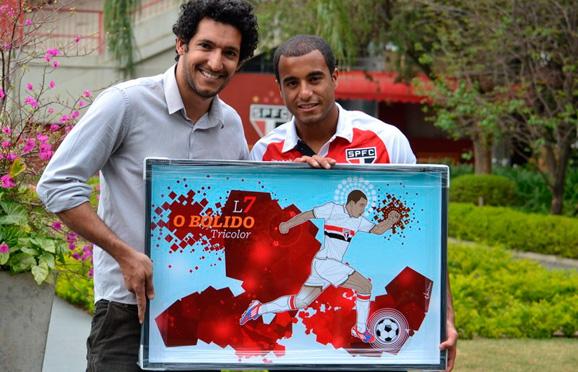 Jogador Lucas, do São Paulo, recebendo o quadro pintado pelos designer Glauco Diogenes