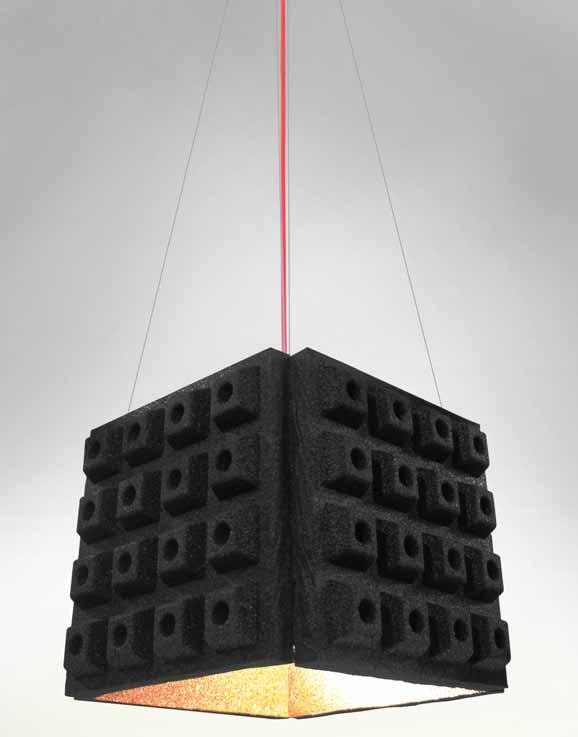 Luminária de borracha de pneu concebida pela Zanini de Zanine é um dos destaques da mostra