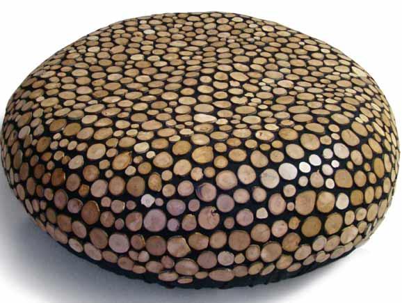 Pufe Brasil, criado pela Lattoog com pastilhas de galhos descartados da poda da macieira