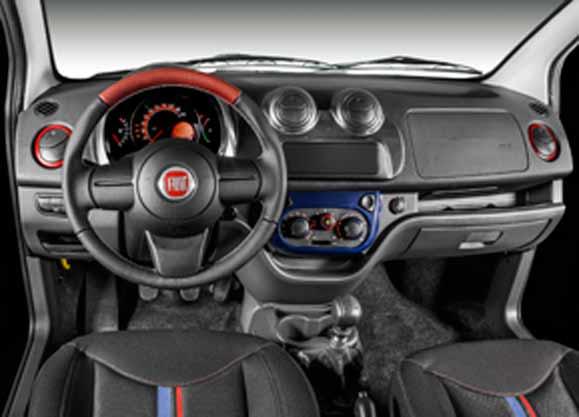 Nova moldura central na cor azul e detalhes em vermelho no painel e no volante em couro