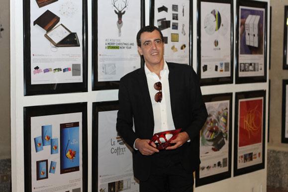 Marcelo Lopes em frente aos seus trabalhos premiados em exposição na cidade de Como, Itália